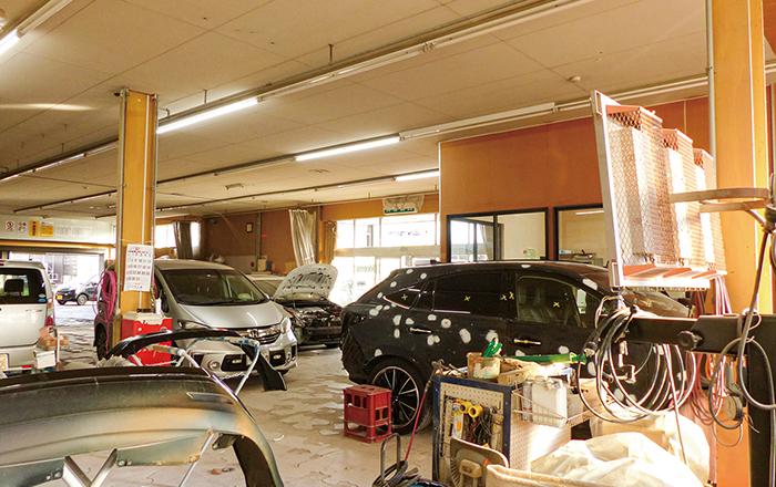 板倉自動車板金塗装 上越 就職情報 デビュー Debut! 板金、塗装を待つ車がならぶ